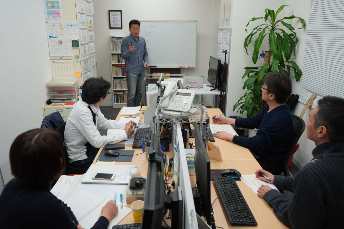 オフィスで会議をする株式会社ブレイクスルー・ネットワークの社員様